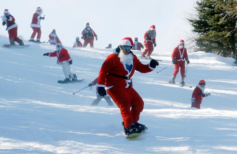 أشخاص يرتدون زي سانتا كلاوز يتزلجون على الثلج في نيوري، ولاية ماين، الولايات المتحدة 4 ديسمبر/ كانون الأول 2016