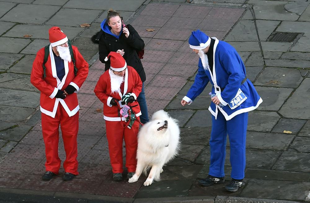 مشاركون يستعدون  لسباق سانتا كلاوز للجري في ليفربول، بريطانيا 4 ديسمبر/ كانون الأول 2016