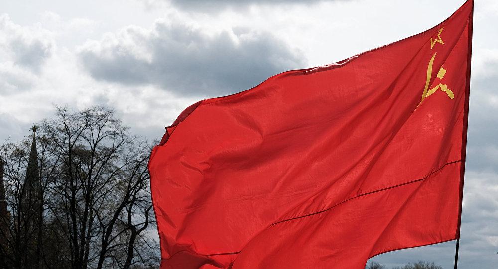رجل يحمل الراية الحمراء وشعار الاتحاد السوفيتي في ساحة مانيجنايا بموسكو