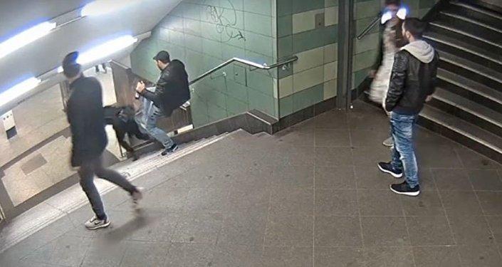 تصرف رجل ألماني مع فتاة محجبة على الدرج في المترو