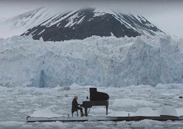 عزف البيانو على الجليد