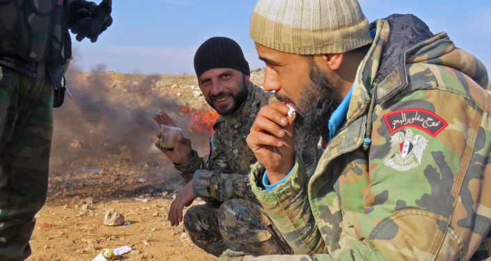 جنود الجيش السوري يشربون القهوة أثناء الاستراحة في حي الشيخ سعيد بمدينة حلب، 12 ديسمبر/ كانون الأول 2016