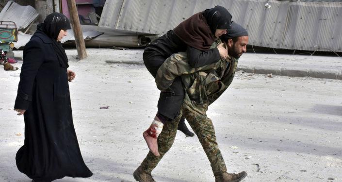 جندي سوري يحمل امرأة على ظهره في حلب الشرقية، 12 ديسمبر/ كانون الأول 2016