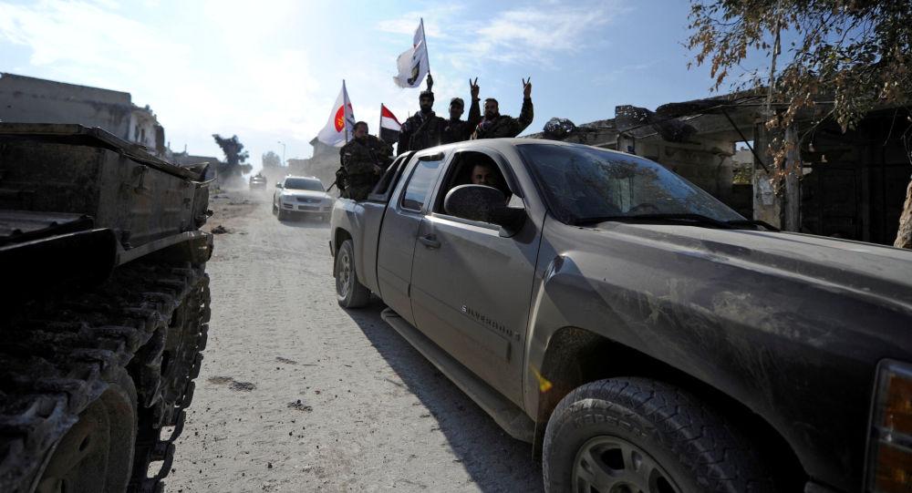 قوات الجيش السوري ترفع علامة النصر في الشيخ سعيد بمدينة حلب، 12 ديسمبر/ كانون الأول 2016
