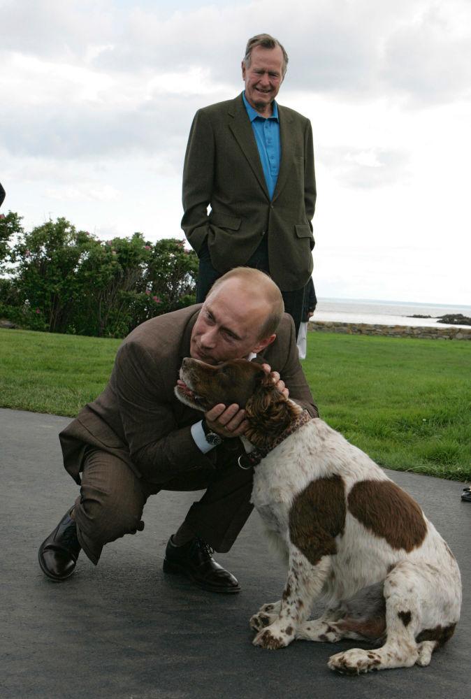 الرئيس الروسي فلاديمير بوتين والرئيس الأمريكي الأسبق جورج بوش-الأب  خلال لقائهما بمزرعة عائلة بوش أوكيرس بوينت في ولاية ماين.