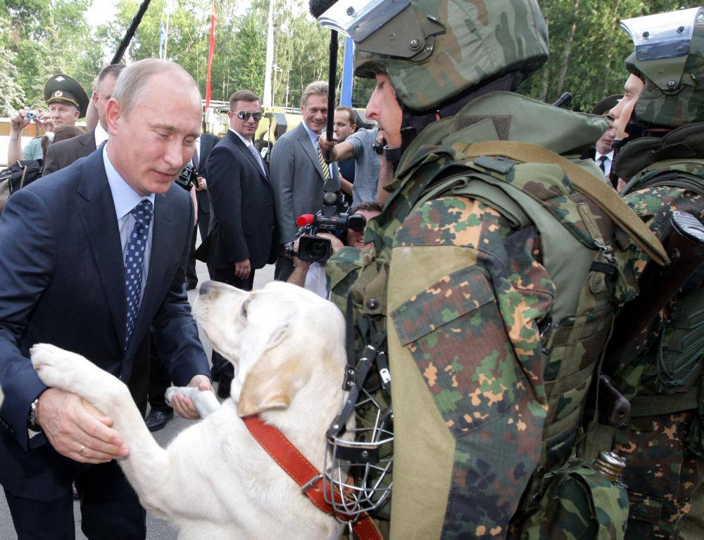 رئيس الوزراء الروسي (حينذاك) فلاديمير بوتين خلال زيارته لقسم تابع القوات الداخلية التابع لوزارة الداخلية الروسية في بالاشيخا