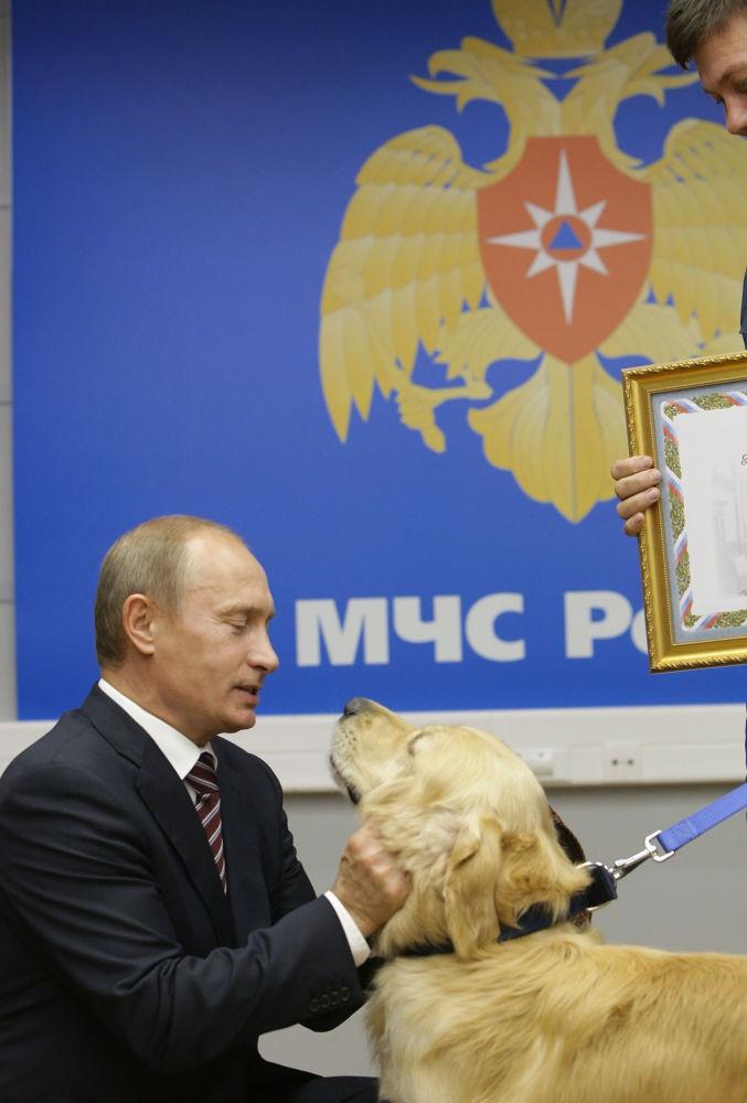 الرئيس فلاديمير بوتين خلال زيارته لمركز الطوارئ الروسي.