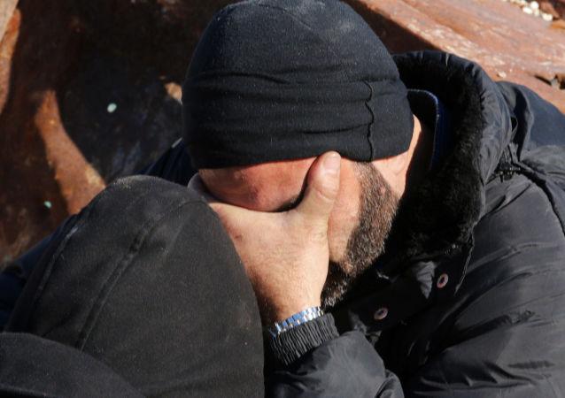رجل ينتظر دوره في مغادرة مدينة حلب الشرقية، 15 ديسمبر/ كانون الأول 2016