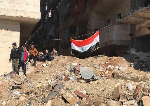 سكان حلب بمنطقة صلاح الدين بعد مغادرة المسلحين وأفراد أسرهم منها، 15 ديسمبر/ كانون الأول 2016