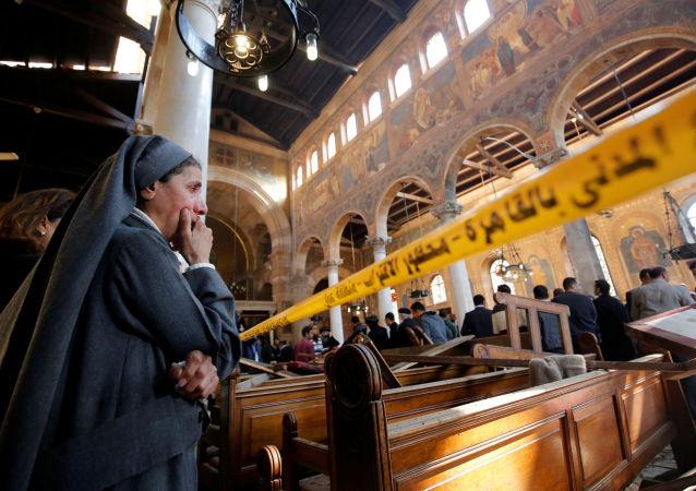 راهبة تبكي داخل الكنيسة القبطية الكاتدرائية بالقاهرة، بعد التفجير، في مصر 11 ديسمبر/ كانون الأول 2016.