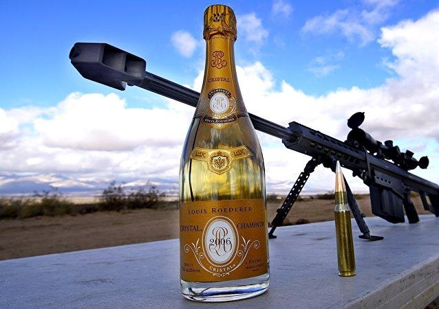 فتح زجاجة الشمبانيا بطلقة من القناصة