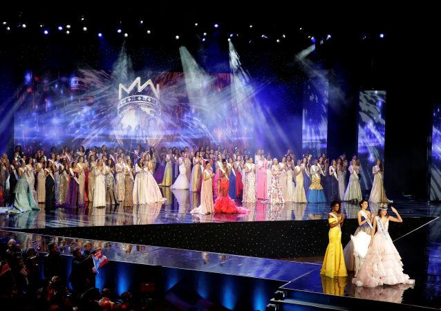 مسابقة ملكة جمال العالم لعام 2016 - الملكة الجديدة ميس بويرؤتو ريكو ستيفاني ديل فالي تقف أمام الحضور في ميرلاند، الولايات المتحدة 18 ديسمبر/ كانون الأول 2016