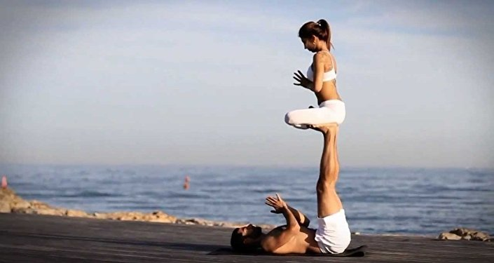 زوجين يمارسون اليوغا بمهارة عالية