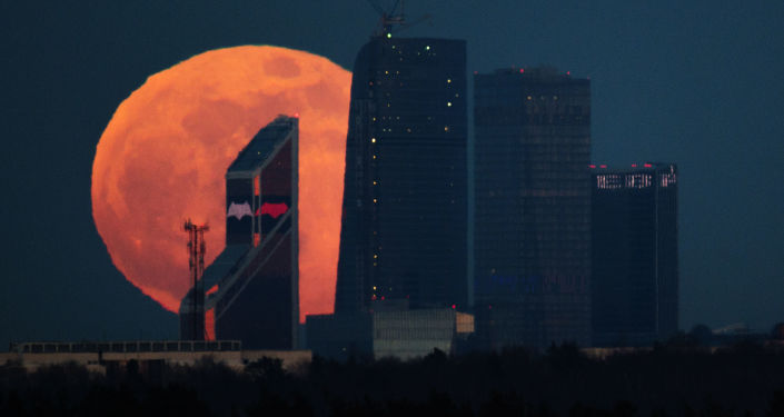 أبراج موسكو سيتي على خلفية القمر العملاق في موسكو