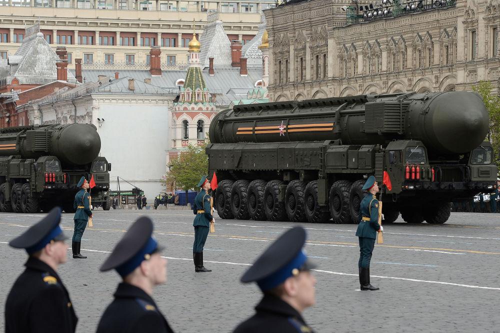 مجمعات الصواريخ توبول-إم خلال بروفة العرض العسكري بيوم النصر في الساحة الحمراء في موسكو