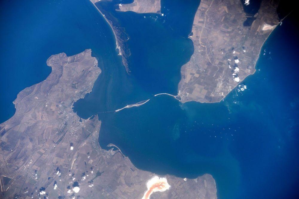 صورة التقطتها الأقمار الصناعية لجسر القرم الجديد (قيد الإنشاء) عبر مضيق كيرتش