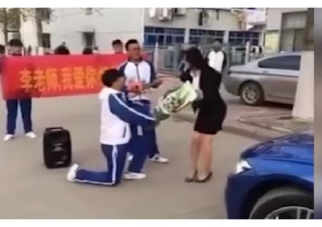 طالب يطلب يد معلمته للزواج