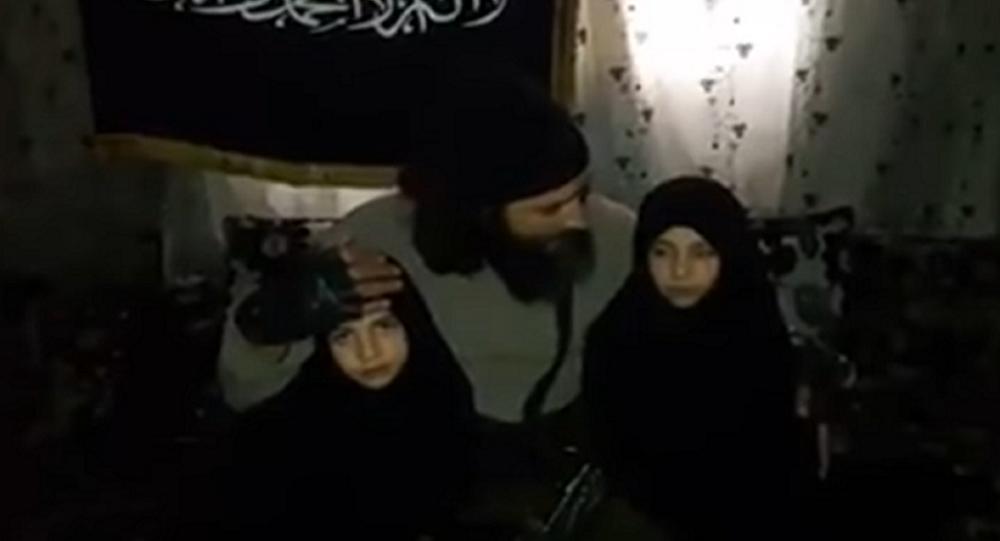 فيديو صادم لأب يجهز طفلتيه لتفجير نفسيهما في دمشق