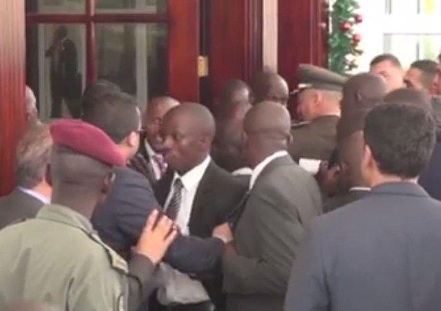 مشاجرة بين حرس السيسي والرئيس الأوغندي
