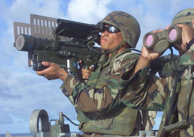 جندي أمريكي يحمل قاذف صواريخ ستينغر