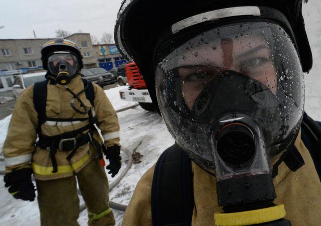 طلاب أكاديمية الطوارئ والإنقاذ الروسية في فلاديفوستوك، خلال دورة تدريبية بعنوان انفجاز غاز