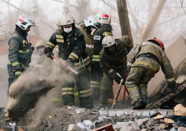 رجال إطفاء الحرائق والإنقاذ في موقع إنفجار منزل في شارع مينسكايا في إيفانوفو