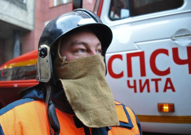 فرد من فريق الإنقاذ التابع لوزارة الطوارئ الروسية خلال التدريبات في زابالكايسكي كراي في تشيتا