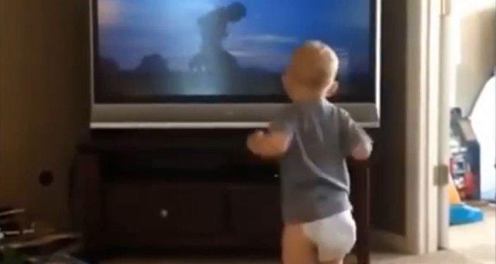 طفل يقلد مايشاهده