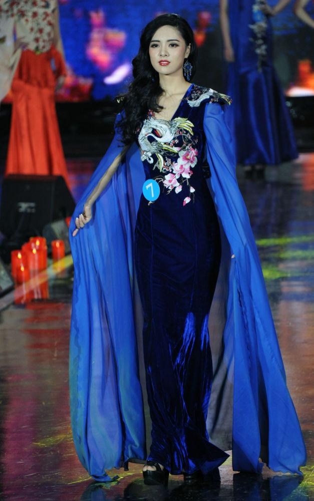الصينية في نهائي المسابقة الدولية الروسية-المنغولية-الصينية - ملكة الثلج في الصين، ليو شو خان.