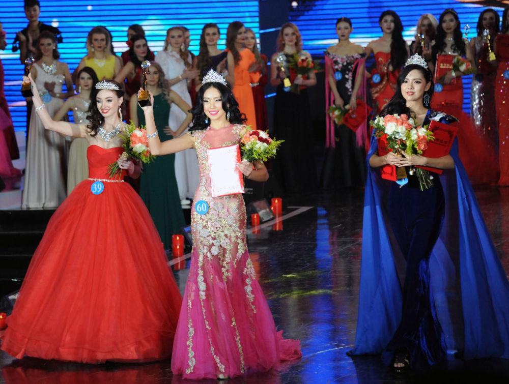 الفائزات في نهائي المسابقة الدولية الروسية-المنغولية-الصينية - ملكة الثلج في الصين، من اليسار فيكتوريا بوريسوفا (روسيا)، في الوسط نا ميشيرتاي من منغوليا، ومن اليمين ليو شو خان من الصين.