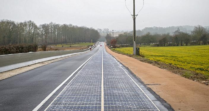 تفتتح أول طريق بالطاقة الشمسية في العالم