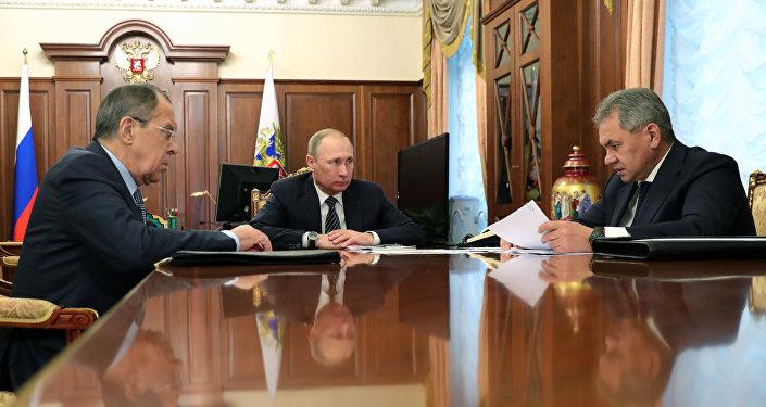الرئيس بوتين ووزير الدفاع شويغو ووزير الخارجية لافروف