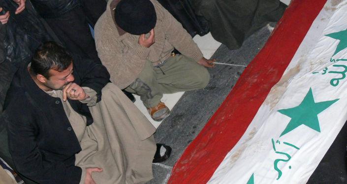 أنصار الرئيس العراقي السابق صدام حسين أمام قبره، 31 ديسمبر/ كانون الأول 2006
