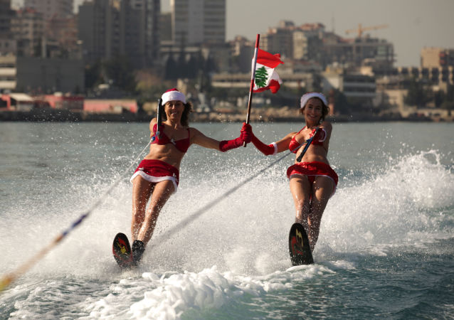 فتيات بابا نويل في لبنان، 24  ديسمبر/ كانون الأول 2013