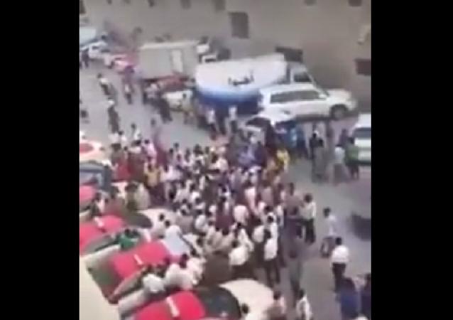 بالفيديو...معركة عنيفة بين سائقي الأجرة في دبي