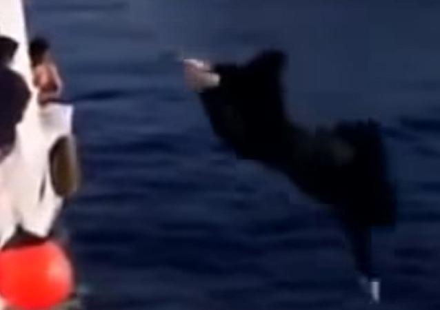 فتاة سعودية تلقي بنفسها في البحر