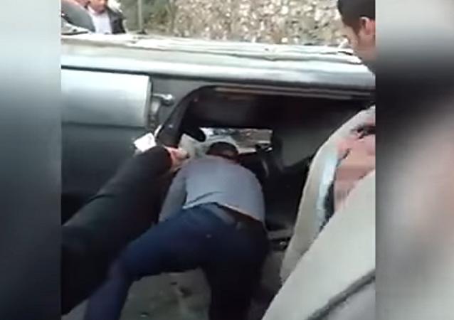فنان مصري ينقذ فتاة انقلبت بها سيارتها