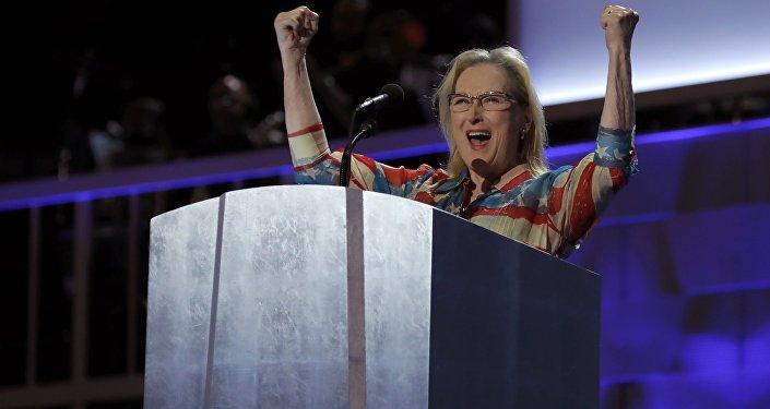 الممثلة ميريل ستريب خلال مشاركتها في مؤتمر للحزب الديمقراطي لدعم هيلاري كلينتون في الانتخابات الأمريكية