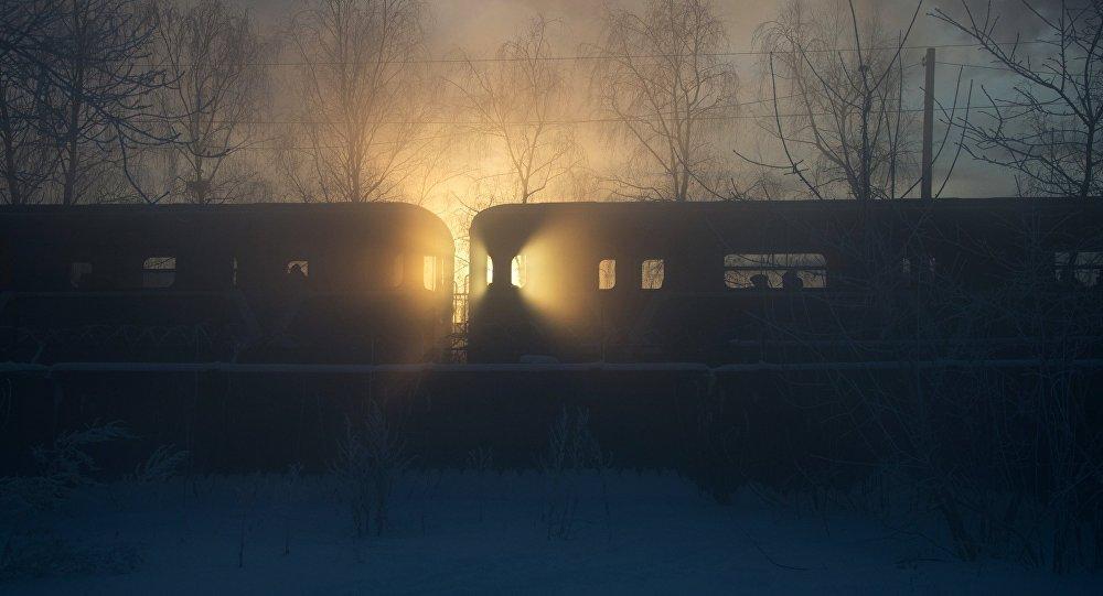 قطار يسير على سكة الحديد ودرجة الحرارة - 24 بموسكو