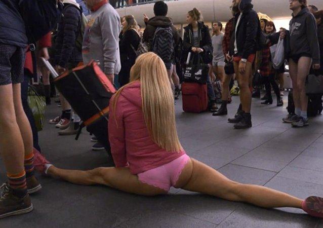 مهرجان العراة في المترو بدون سروال يتخطى الحواجز الاجتماعية