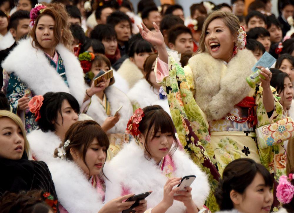 الفتيات اليابنيات ترتدي الزي التقليدي كيمونو وتجتمع في مدينة ديزني لاند في يورياسو بطوكيو، اليابان 9  يناير/ كانون الثاني 2017