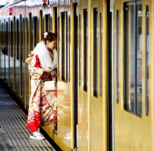 فتاة يابانية تدخل قطار ميترو بطوكيو، اليابان، 9  يناير/ كانون الثاني 2017