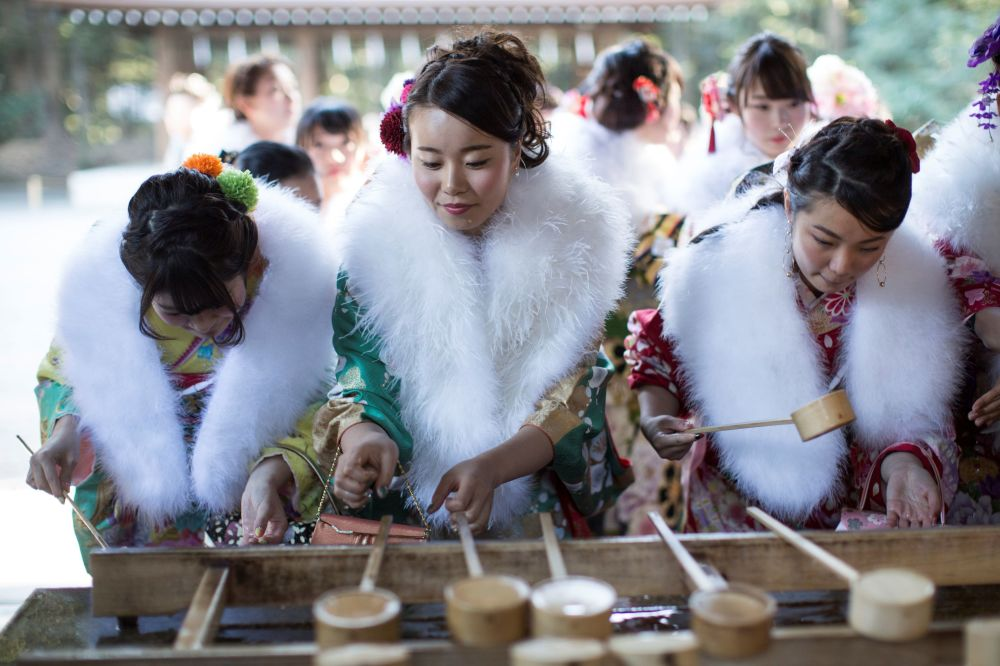 الفتيات اليابنيات ترتدي الزي التقليدي كيمونو وتغسل الأيدي قبل بدء مراسم الاحتفال بالبلوغ في طوكيو، اليابان 6  يناير/ كانون الثاني 2017