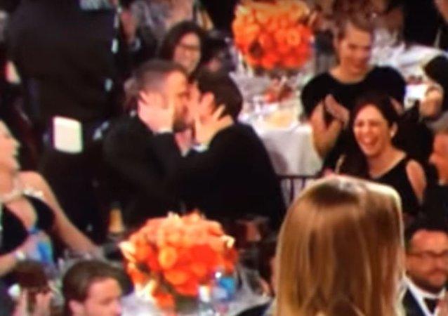 أشهر ممثلان من هوليود يقبلان بعضهما البعض أثناء توزيع جائزة غولدين غلوب