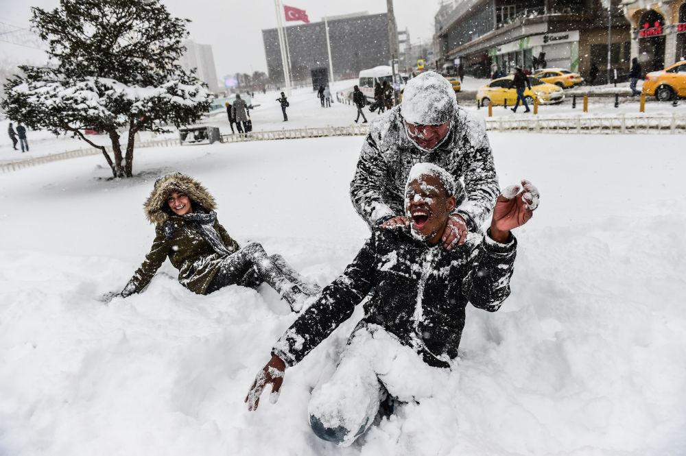 تركيون يلعبون بالثلج في ميان التقسيم في مدينة اسطنبول