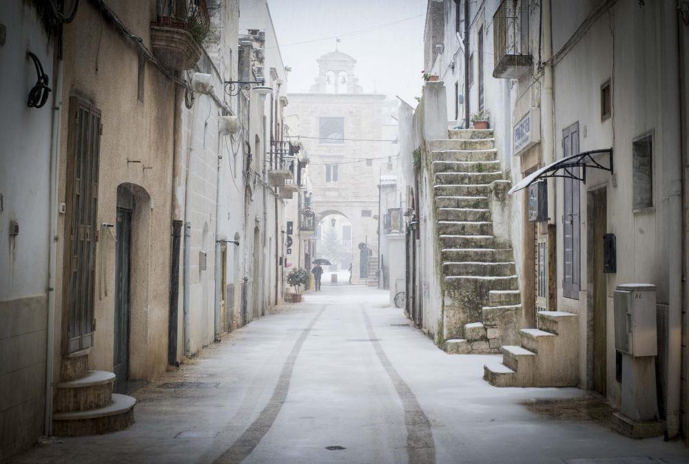 شوارع مغطاة بالثلوج في مدينة إيطاليا ساميتشيلي-دي-باري