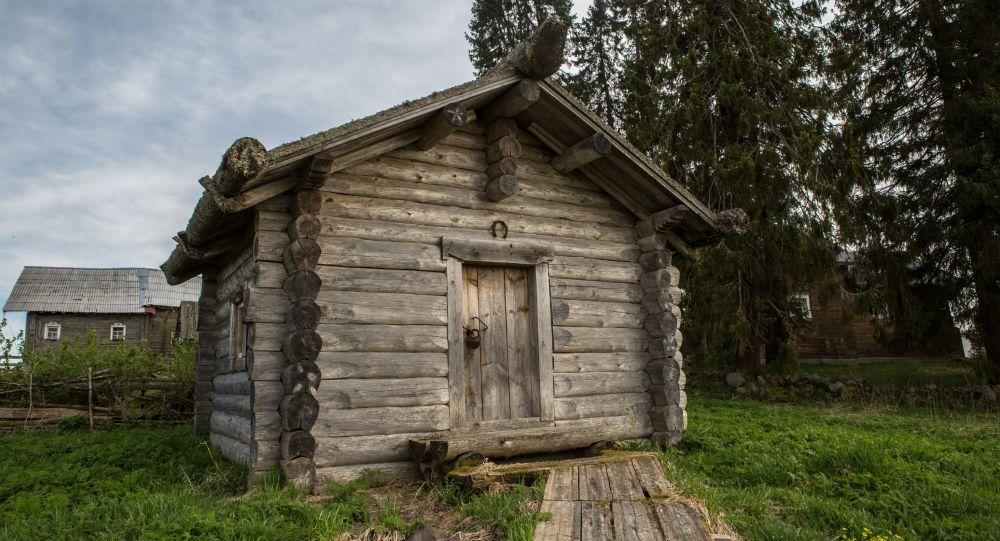 كوخ خشبي في قرية كينرما في جمهورية كاريليا