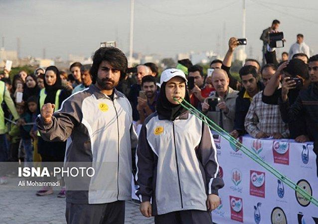 إيرانية خارقة تجر 3 سيارات لمسافة 4 متر بأسنانها