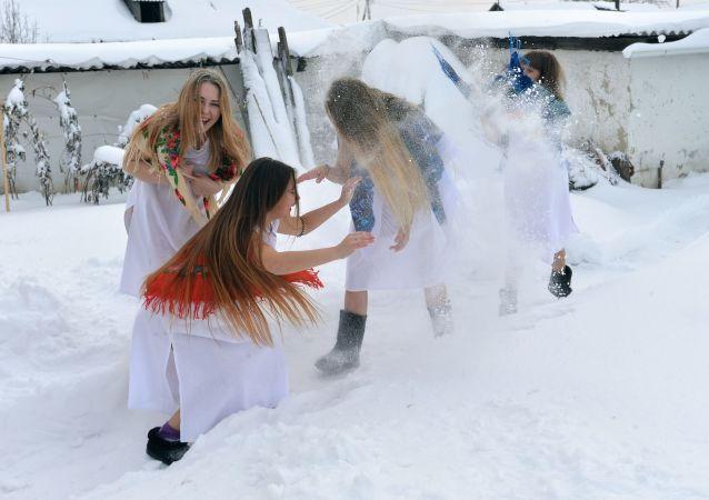 فتيات خلال حفل شتوي فلكلوري (يرقصن ويغنين فيه أغاني شعبية ويقمن بنشاطات أخرى) بقرية بتروفسكوي في تشيليابنسك، روسيا