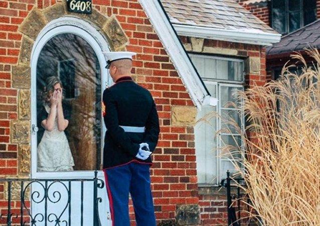 جندي أمريكي يقف على أعتاب منزل حبيبته، فشاهد لماذا